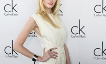 Calvin Klein lancia Naked Glamour con Lara Stone