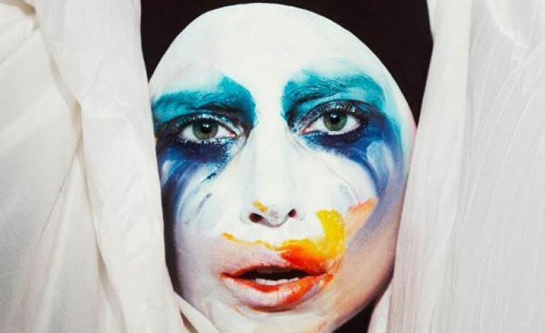 Lady Gaga più chic con Balenciaga e Saint Laurent