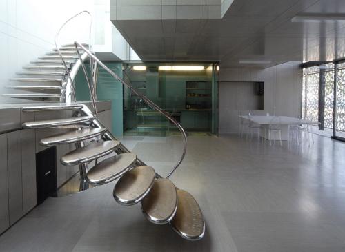 La scala autoportante realizzata da Marzorati Ronchetti per la casa di Roberto Cavalli