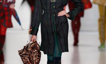 Apre la fashion week di Mosca. Chiuderà con le uniformi