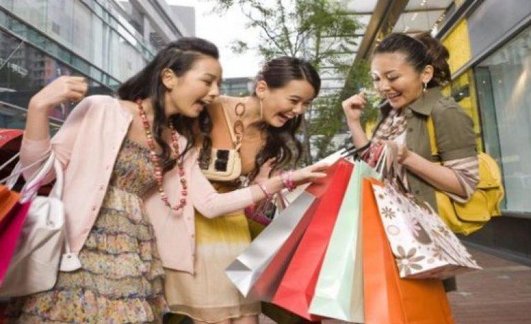 Italia, shopping trainato dagli stranieri