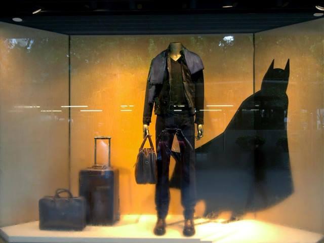 Vetrina di Berluti allestita con ombra di Batman