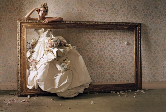 Un'immagine di Tim Walker esposta alla mostra Vogue Archive