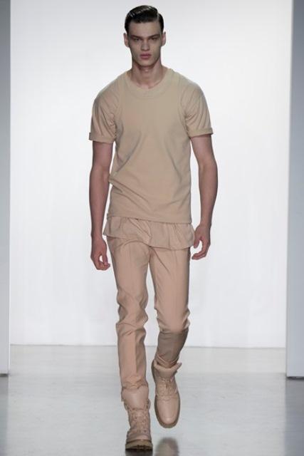 Un look Calvin Klein della P/E 2015