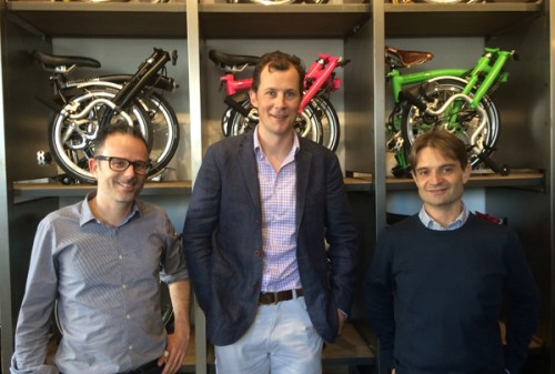 Gabriele Baldissera e Stefano Moroni/Brompton Junction Milano, con Will Butler Adams (Managing Director/Brompton Bicycle Ltd)