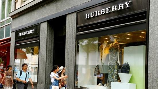 Burberry chiuderà 1 negozio su 10