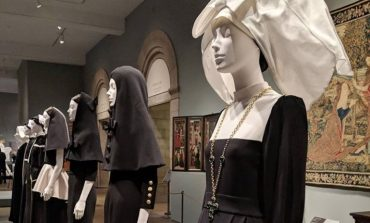 La mostra degli abiti sacri fa il boom al Met