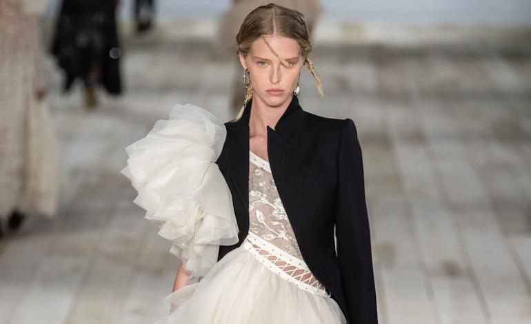 Riciclo, tessuti McQueen in dono a scuole moda Uk