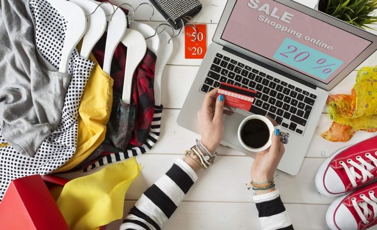La moda online tiene. Anzi, riprende a correre
