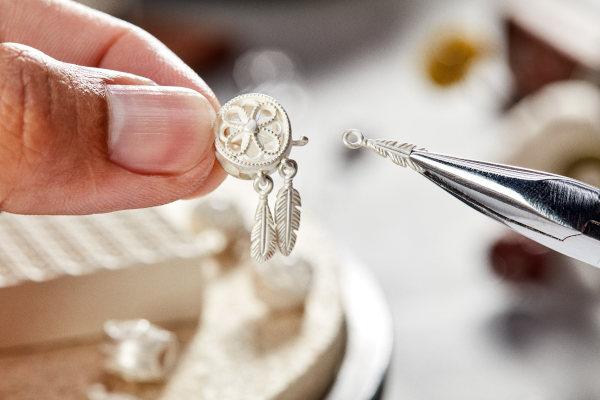 Pandora, entro il 2025 solo oro e argento riciclati