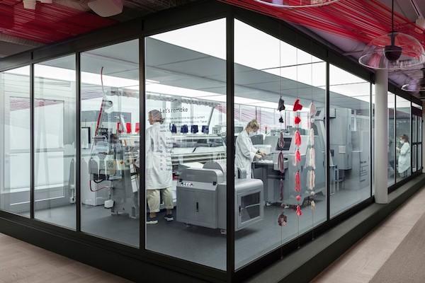 H&M, la macchina per riciclare i capi è in negozio