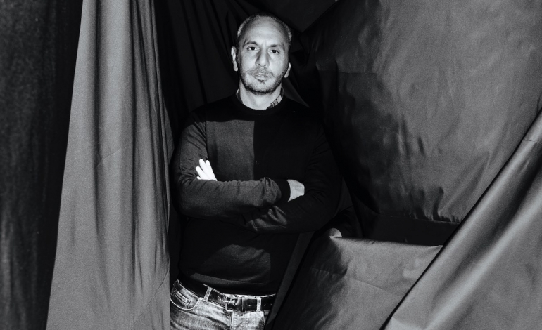 Alessandro Dell'Acqua racconta il suo rapporto con Milano dagli esordi ai tanti progetti in cantiere