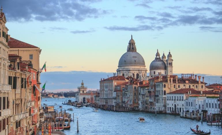Il lusso riscopre il fascino di Venezia. In Laguna sfila anche Saint Laurent