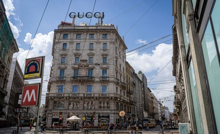 L'ultimo neon di Piazza Duomo passa da Ray-Ban a Gucci