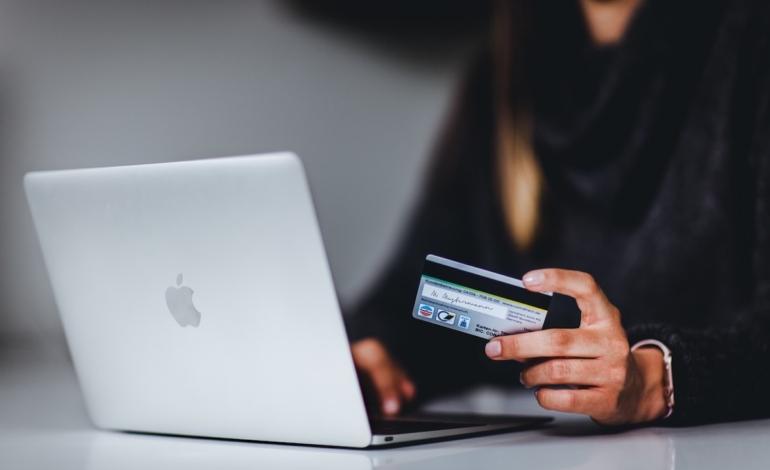 Commercio digitale: i dati di Salesforce rivelano una crescita lenta ma costante
